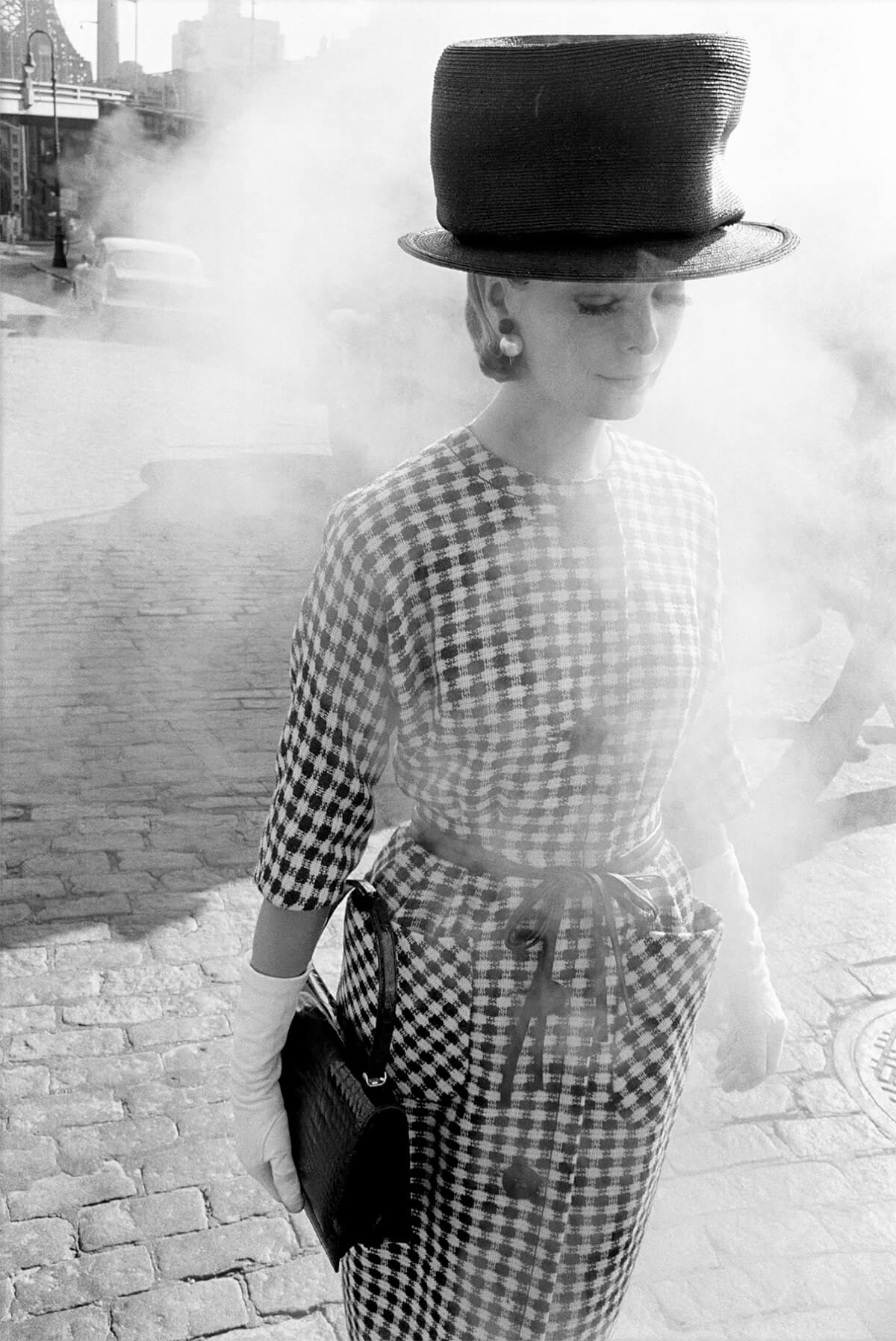 1961, New York, for Harper's Bazaar, fashion in the street<p>© Frank Horvat</p>