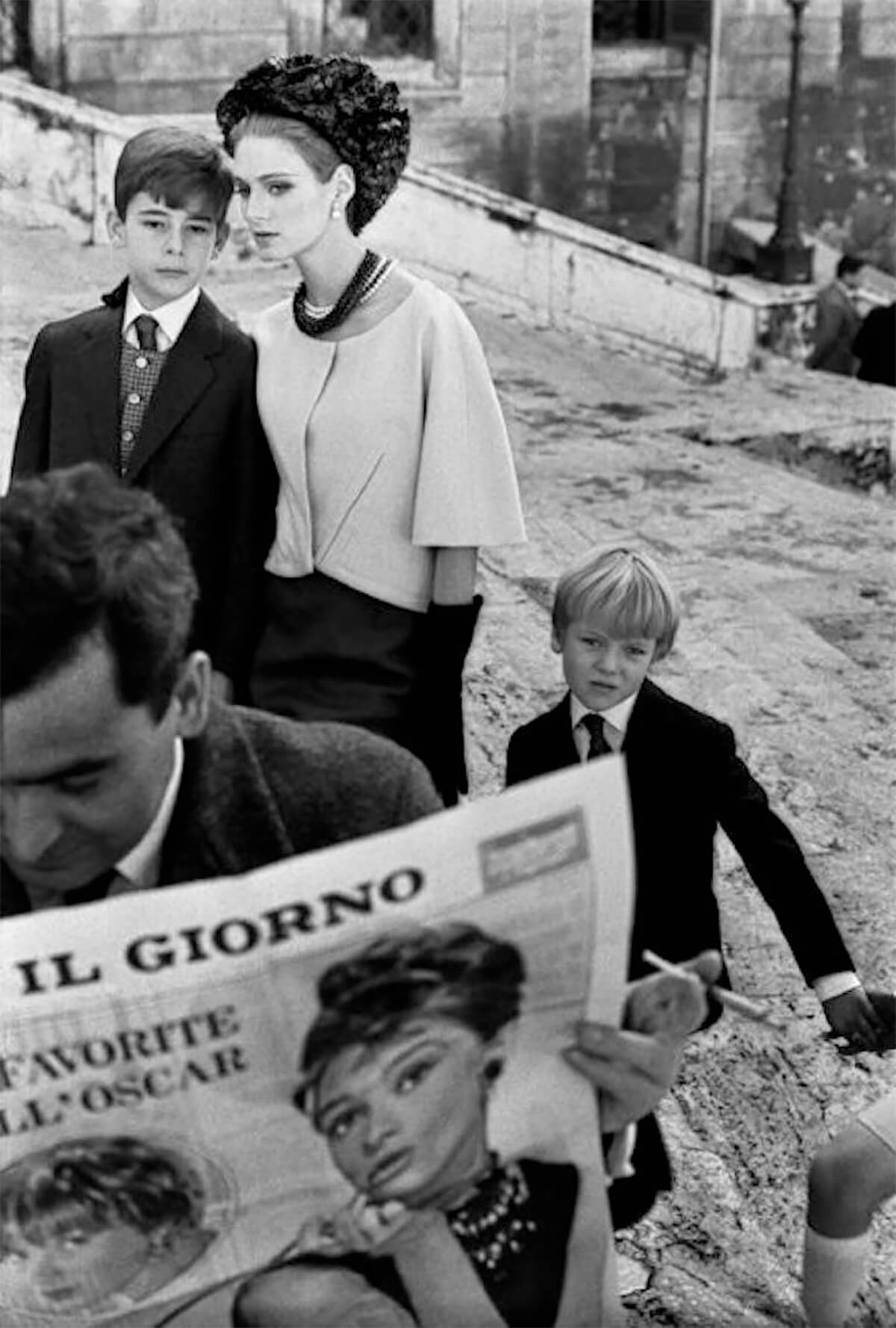 HB Rome i (model with newspaper+children), 1962<p>© Frank Horvat</p>